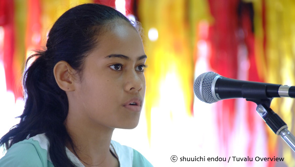 環境講演会で環境への提言を行う小学生の女の子