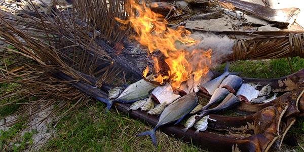 _釣った魚を野焼きにする